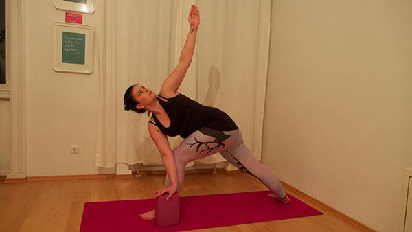 Gedrehter Yoga Held Krieger