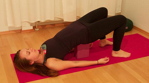 Schulterbrücke unterstützt Yoga Haltung