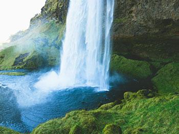 Glück in der Natur am Wasserfalll