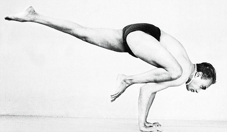 Iyengar in jungen Jahren beim Yoga