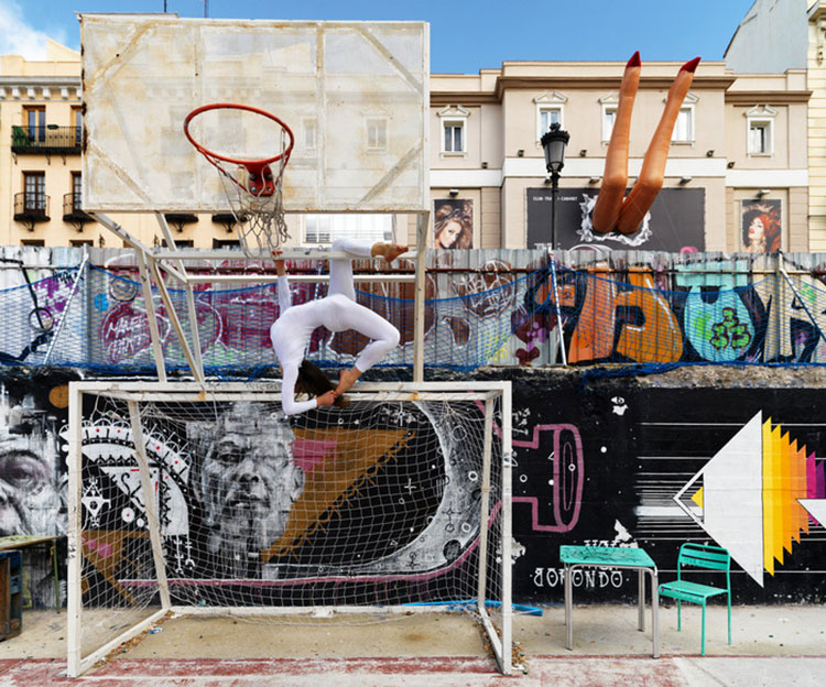 Urban Yoga Projekt in Madrid auf dem Basketballplatz