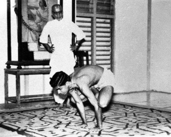 T.K.V. Desikachar im Yogaunterricht