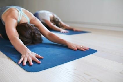 Yoga-Pausen mit den Kollegen fallen unter die Betriebliche Gesundheitsförderung