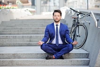 Achtsamkeitsmeditationen helfen in verschiedenen Bereichen bei der Stressbewältigung – und sorgen so für ein entspanntes Arbeiten.