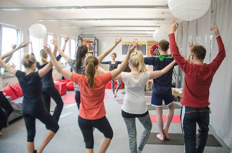 Office Yoga Arme weit