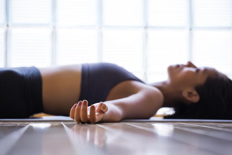 hormon yoga und kinderwunsch frau im liegen