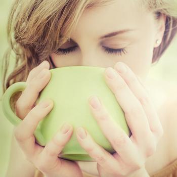 Koerper reinigen Frau trinkt Tee