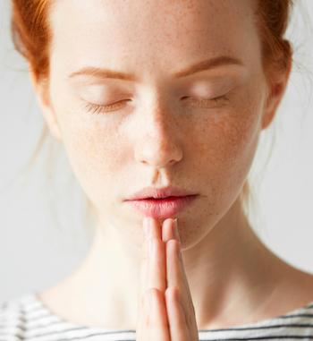 Ayurveda und Yoga Frau am Atmen