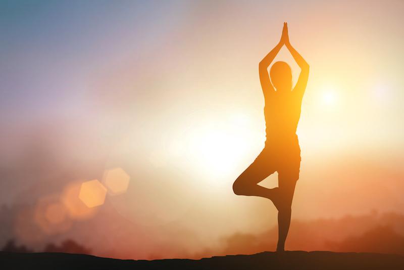 Ayurveda und Yoga Frau im Sonnenuntergang