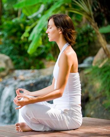 Ayurveda und Yoga Frau meditiert