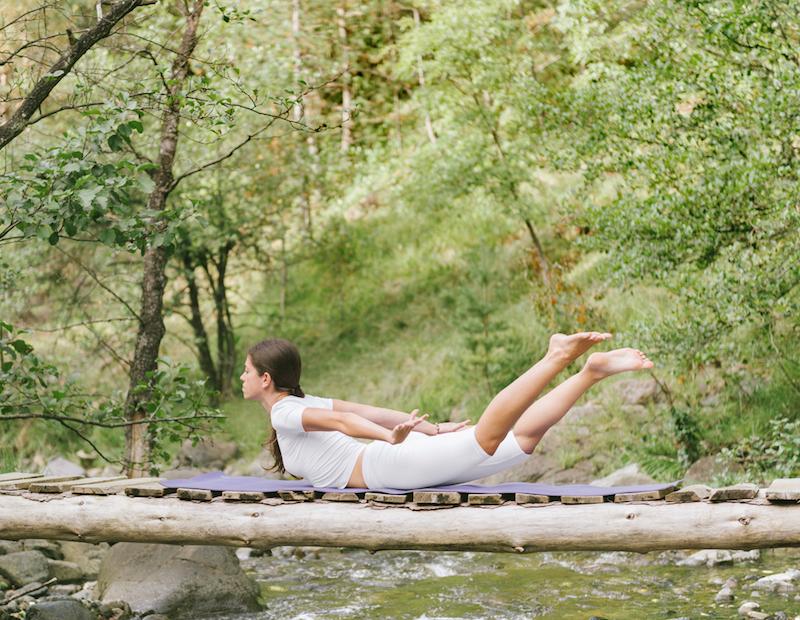 Yoga im Liegen halbe Heuschrecke
