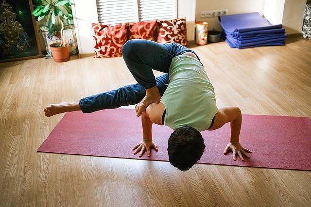 Yoga Ausruestung im Wohnzimmer
