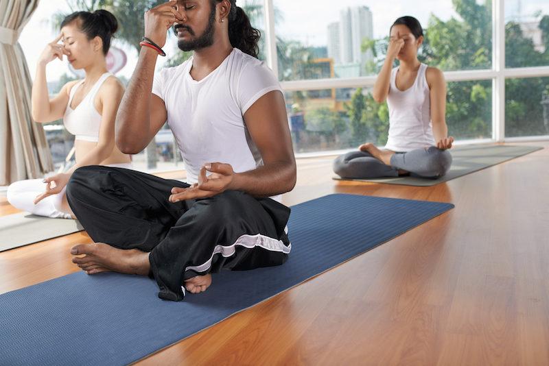 Yoga Uebungen im Sitzen Atmung