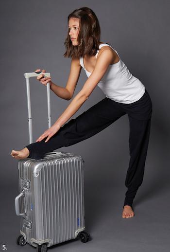 yoga-im-flugzeug-koffer