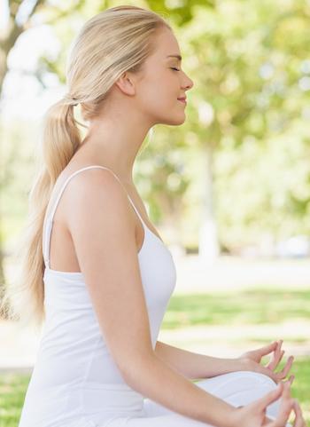 yoga-gegen-erkaeltung-frau-am-meditieren