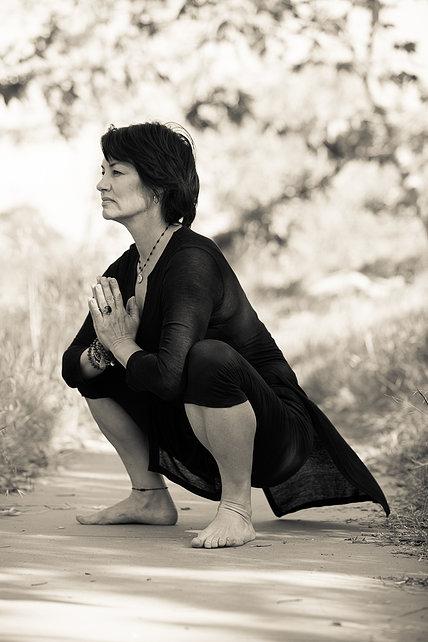 4 yoga bungen f r straffe beine asanayoga de. Black Bedroom Furniture Sets. Home Design Ideas