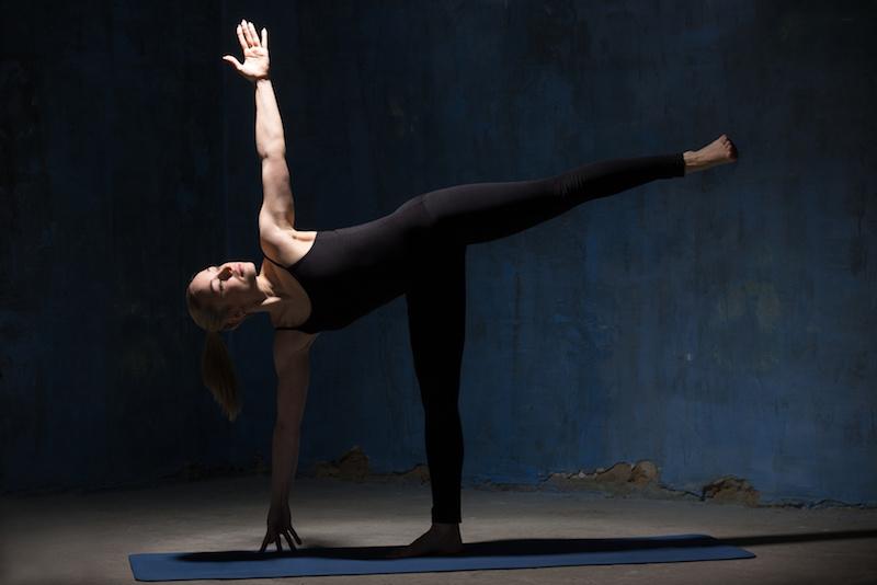 Fatburning-mit-Yoga-Uebung-Halbmond