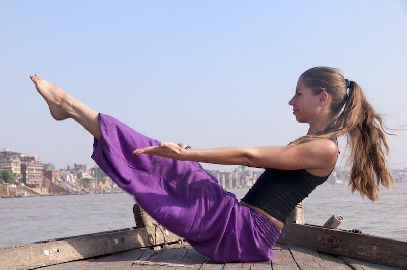 Fatburning-mit-Yoga-Uebung-auf-dem-Boot