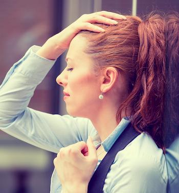 yoga-gegen-migraene-frau-mit-schmerzen