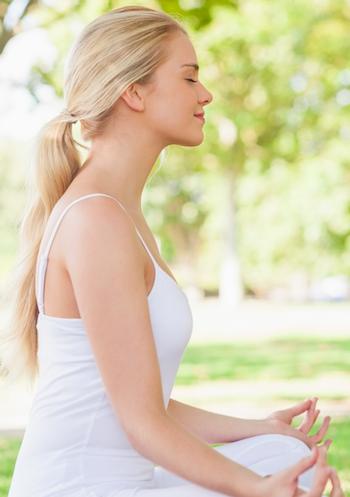 yoga-gegen-hueftschmerzen-frau-im-lotussitz