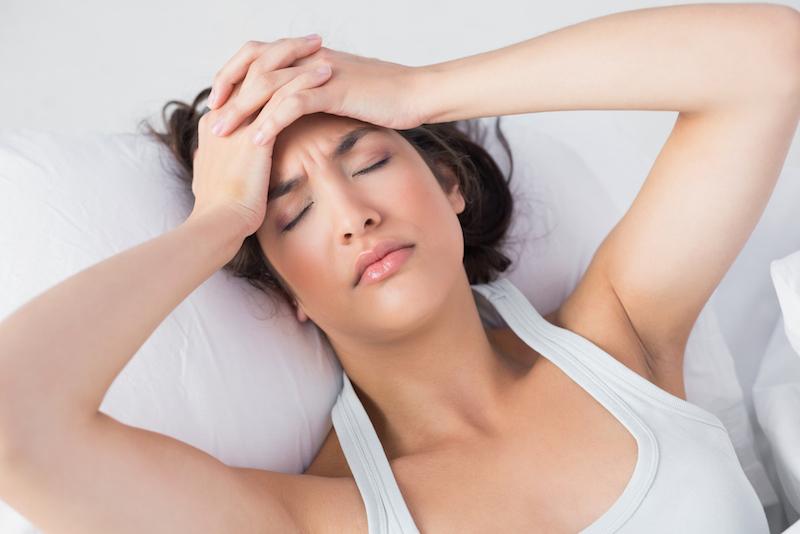 yoga-gegen-menstruationsschmerzen-frau-im-bett
