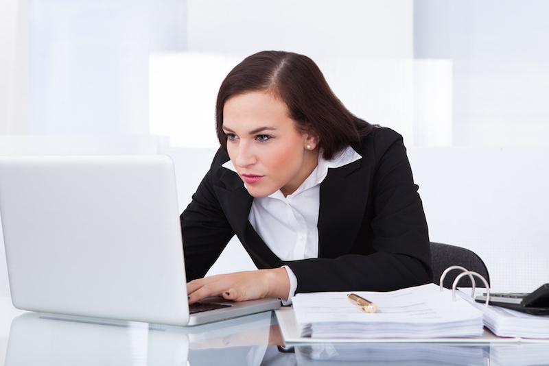 Schmerzen im unteren Ruecken Arbeiten am Schreibtisch