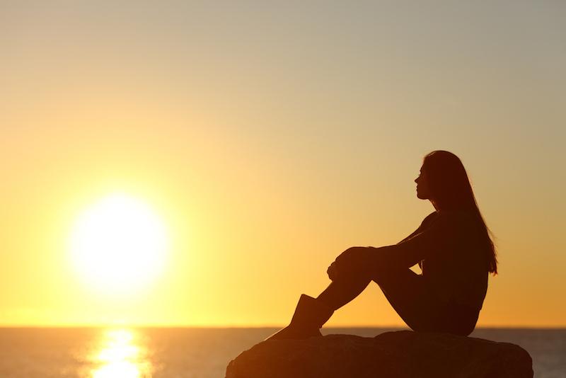 Yoga gegen Trauer Frau schaut aufs Meer