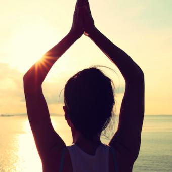 Gefuehrte Meditation Frau Arme hoch