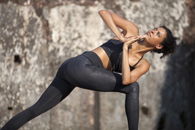 Guerilla Yoga Frau vor einer Wand