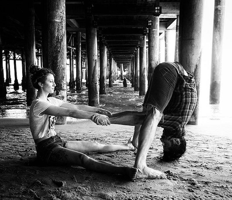 Guerilla Yoga Paar