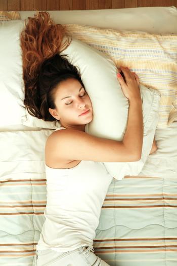 Lebensmittel-fuer-einen-besseren-Schlaf-Frau im Bett