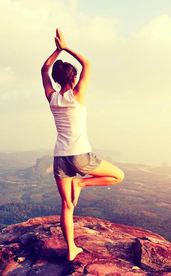 Yoga-gegen-Panikattacken-Frau-im-Baum