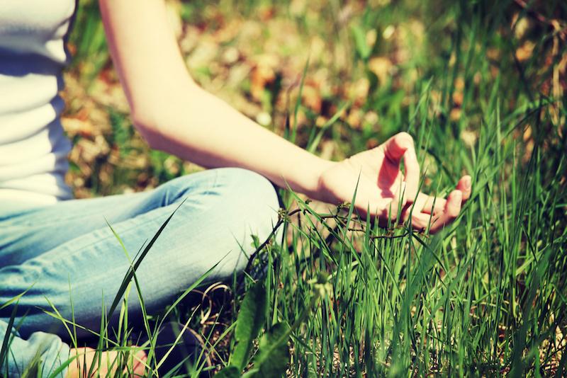Yoga-gegen-Panikattacken-Frau-im-Gras