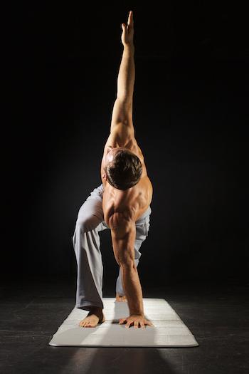 Yoga-und-Muskelaufbau-Mann-Dreieck