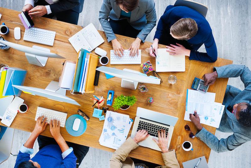 Yoga-am-Schreibtisch-Firma-Meeting