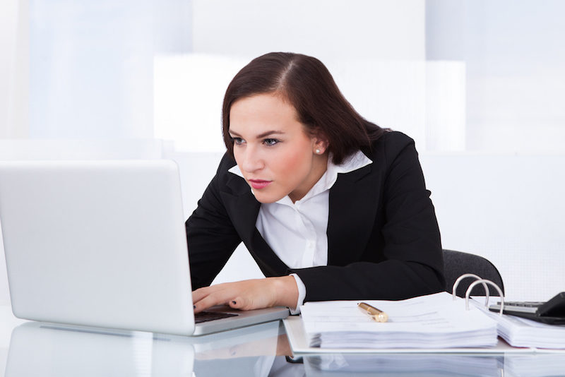 Yoga-am-Schreibtisch-Frau-mit-Schmerzen