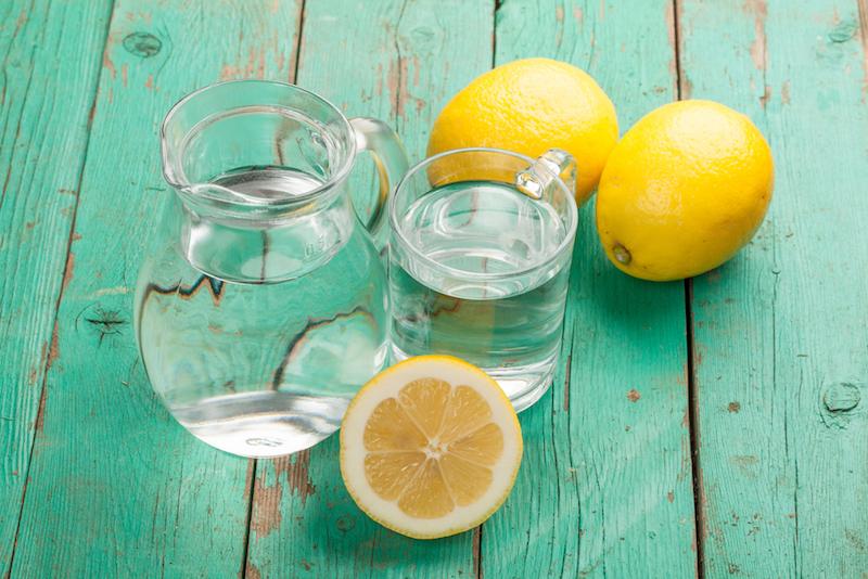 Tipps für die Sommerhitze: Mit leckerem Zitronenwasser klappt's in der Hitze.