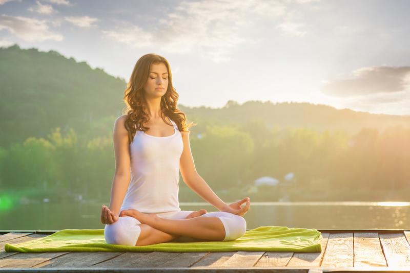 Tipps für die Sommerhitze: Mit der richtigen Kleidung ist Yoga im Freien super angenehm.